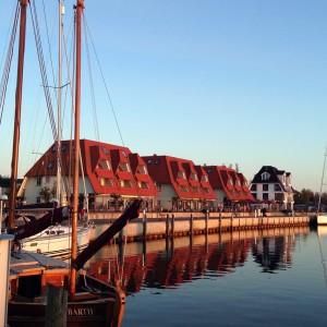 Segel gesetzt auf der Ostsee beim Segeln entlang der Küste von Polen - Fischerhafen