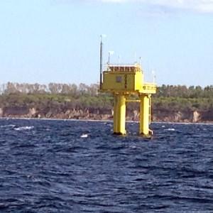 Segel gesetzt auf der Ostsee beim Segeln entlang der Küste von Polen - ODAS-Messeinrichtung