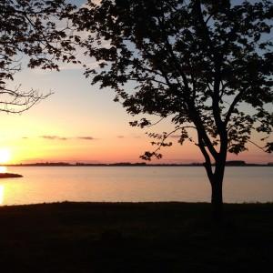 Segel gesetzt auf der Ostsee beim Segeln entlang der Küste von Polen - Sonnenuntergang