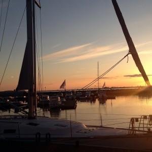 Segel gesetzt auf der Ostsee beim Segeln entlang der Küste von Polen - Sundown