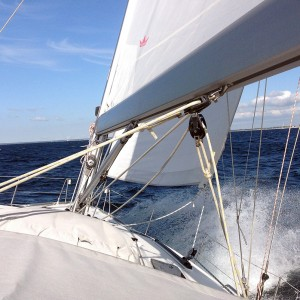 Segel gesetzt auf der Ostsee beim Segeln entlang der Küste von Polen - aktives-Segeln